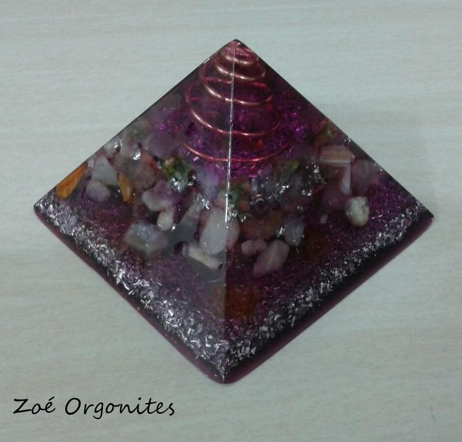 Pirâmide orgonite violeta