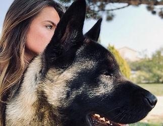 Valenitine et Maïkan (son chien) regrde dans la même drection.