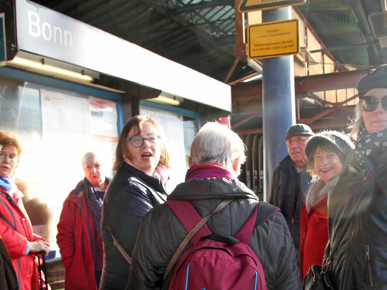 Am Freitagmorgen trafen sich die gut gelaunten Sängerinnen und Sänger am Bonner Hauptbahnhof in Vorfreude auf die bevorstehenden gemeinsamen Tage in Trier