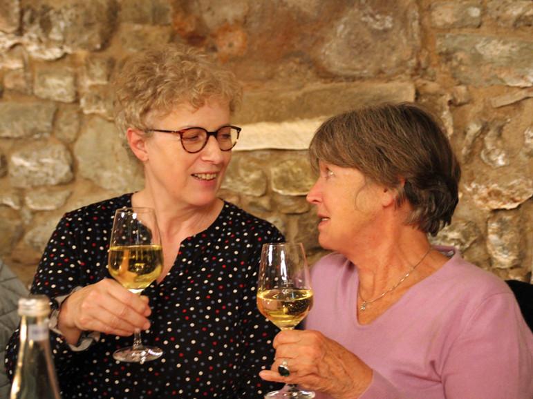 Monika Busch und Elke Dierker sind ins Gespräch vertieft