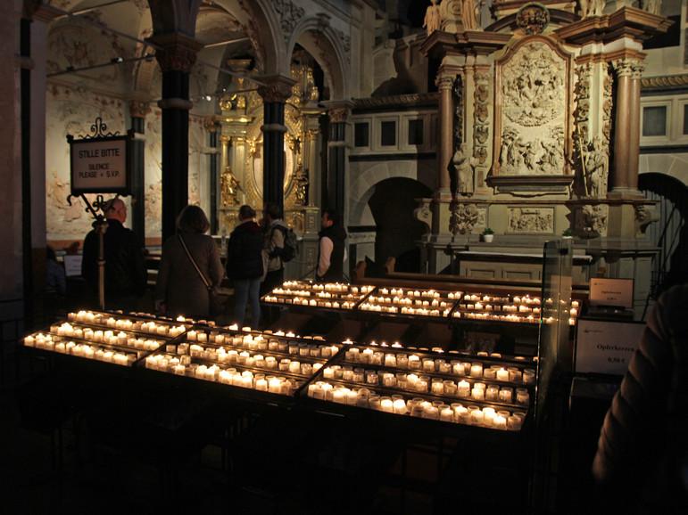 Im Dom: Welche zwei Kerzen sind wohl von uns? Es flackert warm und geheimnisvoll