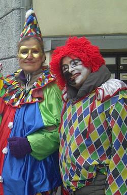 Zwei hübsche, gut gelaunte Clowns: