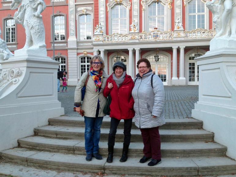 Vorm Kurfüstlichen Palais: Antje Schmidt, Barbara Tappen und Erika Bützler-Bors bringen ein bisschen zeitgemäße Abwechslung ins barocke Ensemble