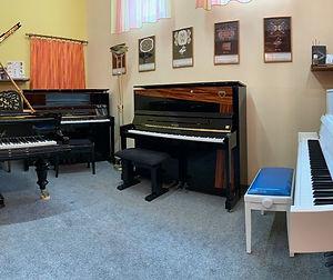 Vystavujeme v Piano Galérii Spišská N.Ves, Atelier Piano, Ladenie klavirov a pianín, Oprava klavírov a pianín, Servis klavírov a pianín, Richard Šulc, mada music, melody shop, piano servis, Drnek piana, Petrof, Hudobné nástroje, Hudobniny, akcia, zadarmo, výhodný nákup, zľava, výpredaj, Muzikus, pianos, Koňuch, klavire eu, muziker, sťahovanie klavirov, bazar, bazos, pirický, opravy hudobných nástrojov, Antonín Petrof, Kizak, Bujnovska, Matovič, Balog, Hupka klavir, Piano studio, výpredaj, klavírne krídlo, klavír pre začiatočníkov, klavir na predaj, muzikant, najpredávanejší klavír, akustický klavír, digitálne piano, klavír a klávesové nástroje, strunové nástroje, údržba klavirov, ošetrovanie klavirov