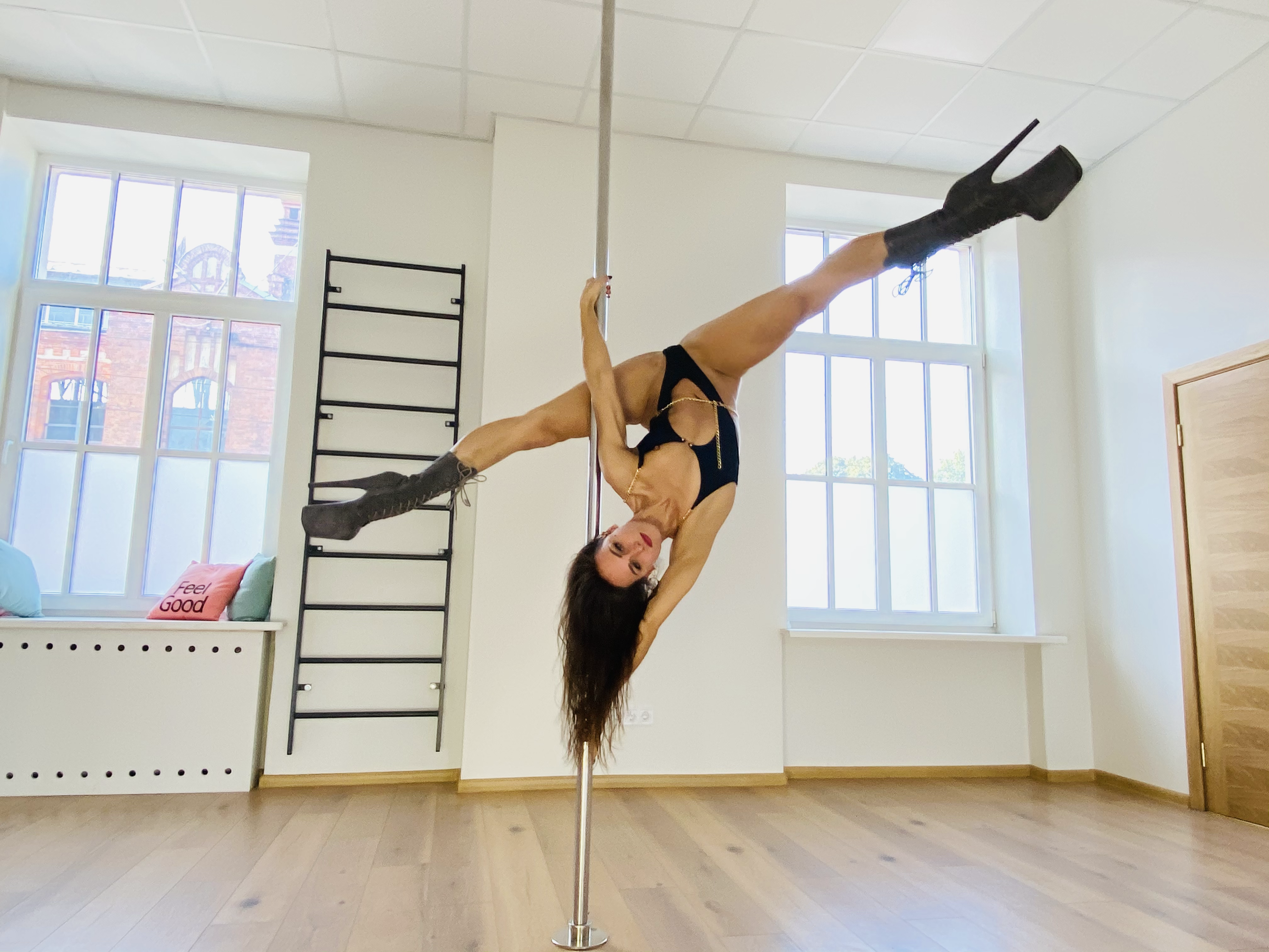 Pole dance (step 2)