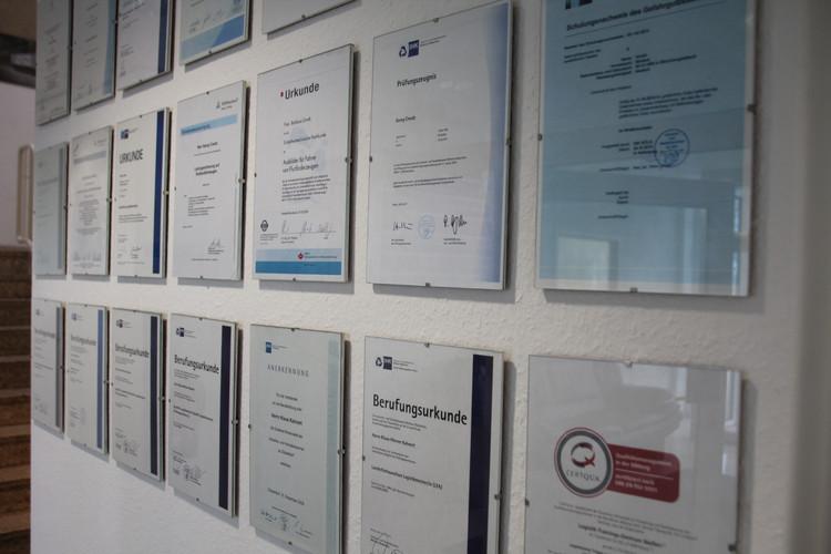 Berufungsurkunden der Mitarbeiter des LTZ und Zertifizierungen