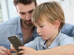 Smartphone, figli e responsabilità genitoriale: che fare, controllarli o fidarsi di loro?