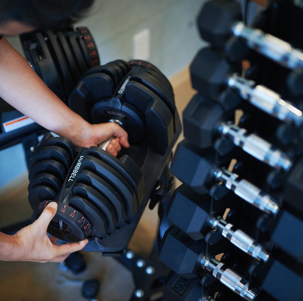 ダンベルで筋力トレーニング