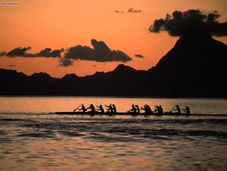 Canoa Polinésia no final da tarde