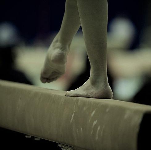 pieds sur poutre 2 noir et blanc .jpg