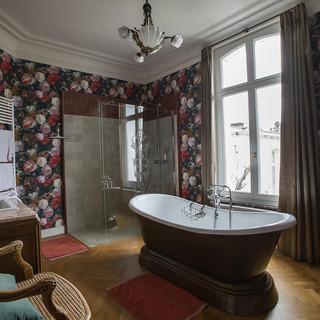 La spacieuse salle de bain de la suite B