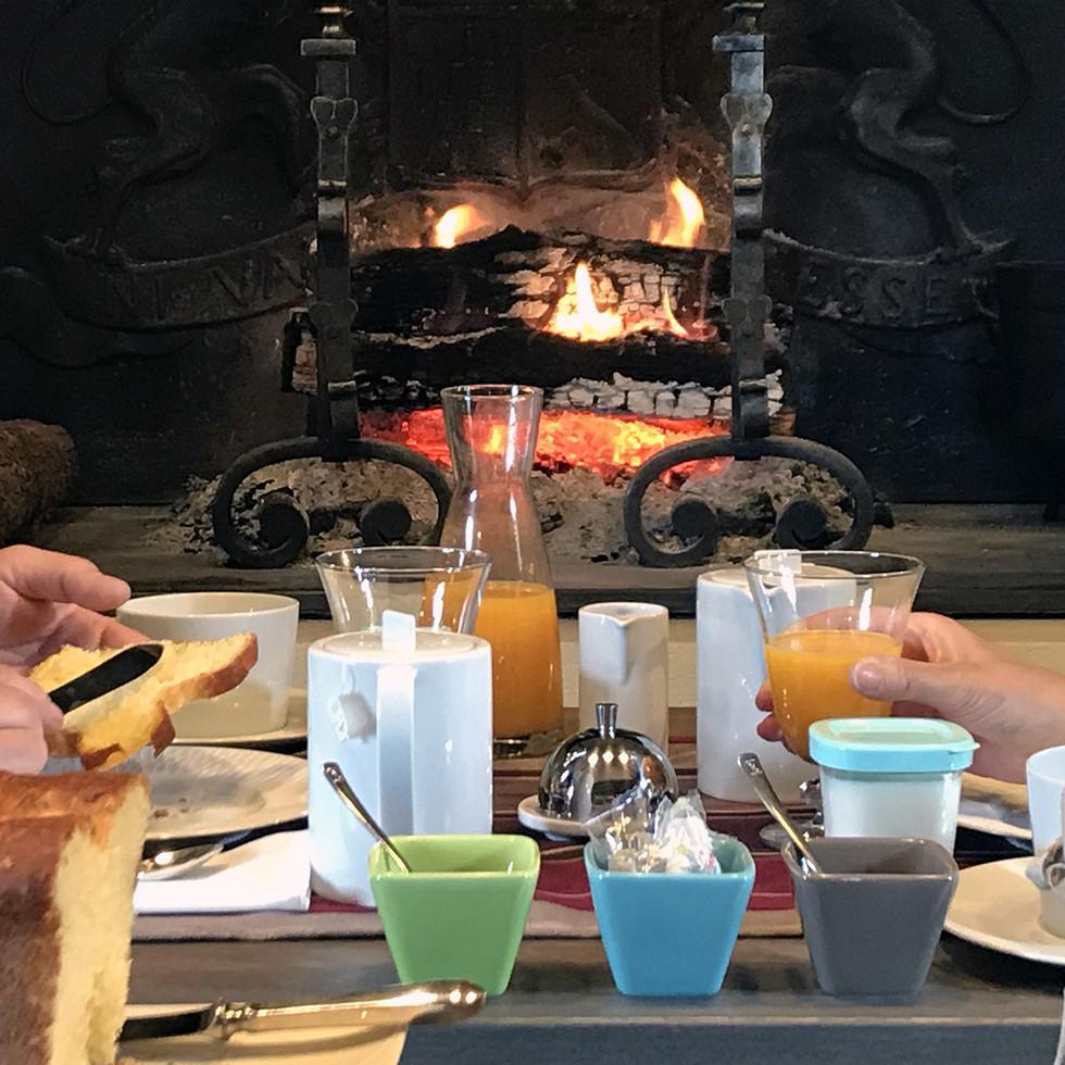 petit dejeuner près du feu les hauts de gageac chambre d'hotes