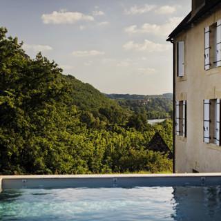 belle piscine avec vue sur les vallons du Perigord aux Hauts de Saint Vincent