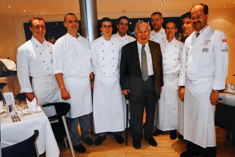 Kochen im Deidesheimer Hof für Sir Peter Ustinov (ich bin saujung, 4.v.l.)