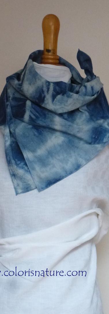 Petit carré coton bio, quelques cms en plus que le bandana, juste pour se donner un air l'été!