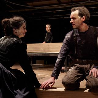 szenenfoto aus 'die totenwacht', landestheater linz, isabella campestrini, jeanne werner, daniel klausner, 2020