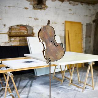 aus der serie 'bestandsaufnahme', o.t., 2021, violinenkorpus, eisen, mumifizierte maus, 146 x 40 x 27 cm