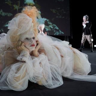 szenenfoto aus 'gefährliche liebschaften', landestheater linz, lorena emmy mayer, alexander julian meile, 2020