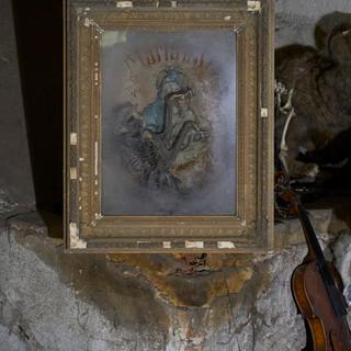 o.t., aus der serie 'bestandsaufnahme', 2021, bilderrahmen veglast, marienbild, mumifizierte katze,  55,5 x 45 x 19,5 cm