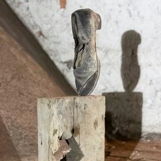 o.t., aus der serie 'bestandsaufnahme', 2020, holz, damenschuh, verschiedene materialien, 20 x 8 x 59,5 cm