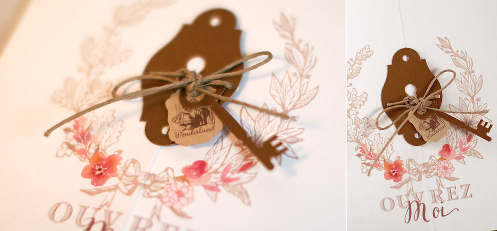 faire-part alice au pays des merveilles avec fleurs aquarelle labyrinthe clé et serrure découpées
