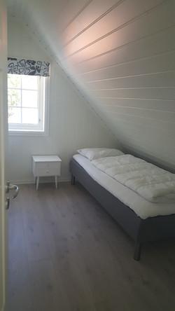 Rorbu 4 - red - 3 single bedrooms_edited.jpg