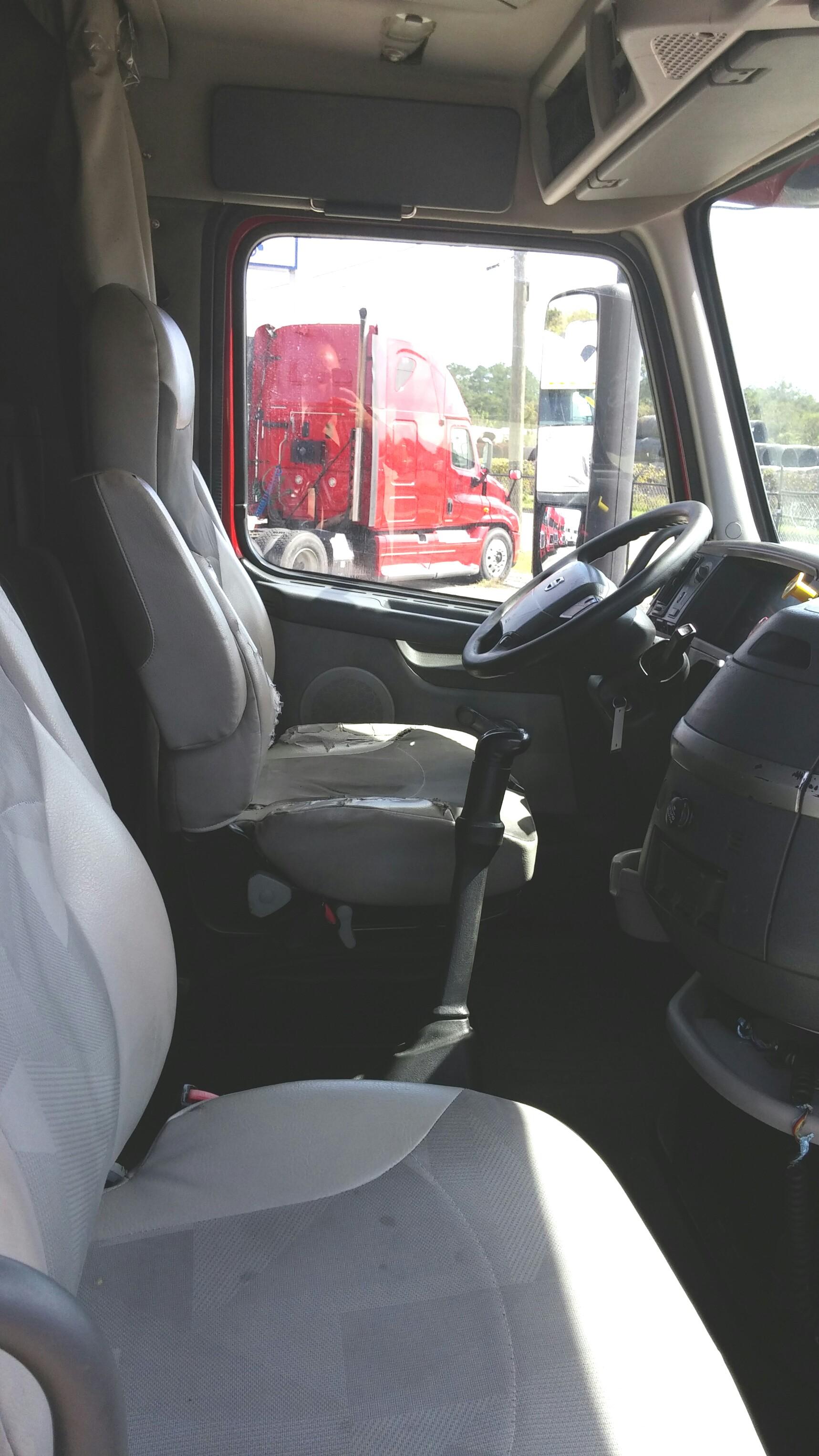 09 Volvo 670 interior
