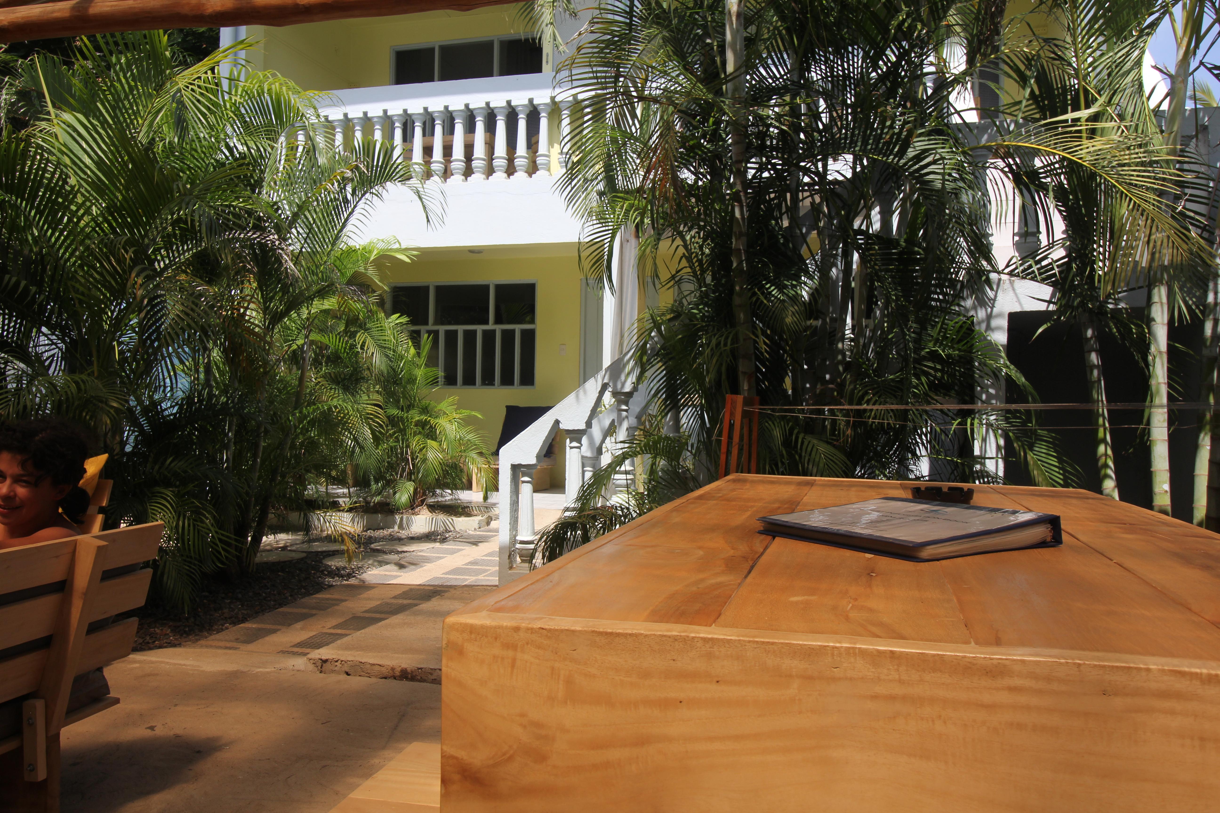 Blue Trailz Tamarindo Hostel garden