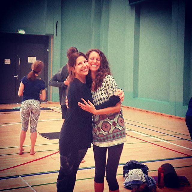 Con mi querida maestra _caluyoga _With my beloved teacher _Gratitud infinita 💗__#copenhagen #denmar