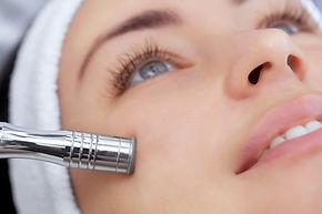 The cosmetologist makes the procedure Mi