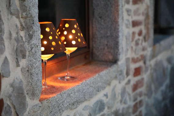 Weinglasschirme in romantischem Licht