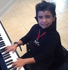 Private piano lessons in Jazz, Pop, classical and world music. Cursos de piano; a fun way to learn how to play piano. Summer piano classes available with our experienced piano teachers. Private piano lessons for kids, teenagers and adults.