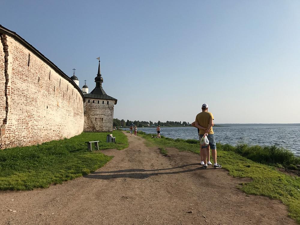 На берегу у Кирилло-Белозерского монастыря.