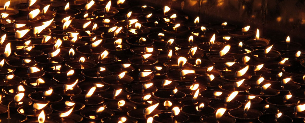 Zahllose Öllampen werden zum Lichterfest Tihar an Häusern und Tempeln entfacht