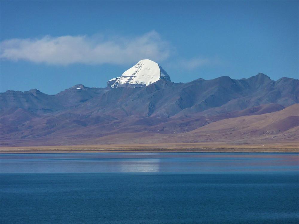 Blick auf den Mt. Kailash über den Manasarovar See