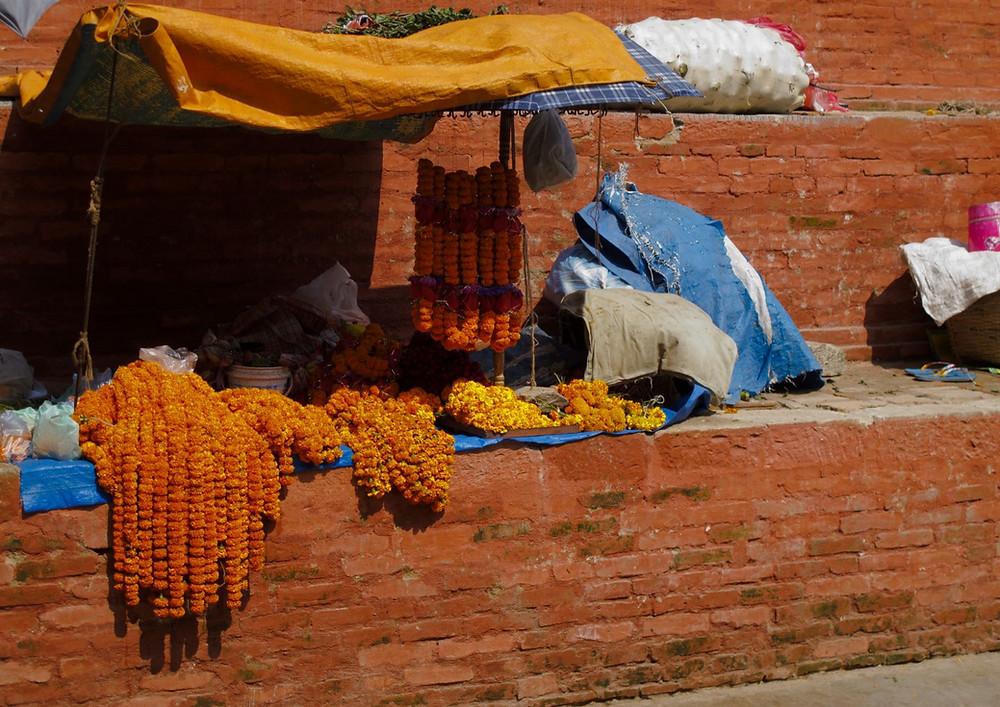 """Ringelblumenkränze, auf nepalesisch """"Deepawali Phul"""""""