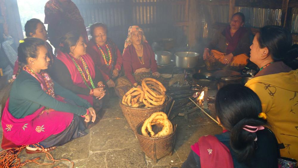 Familienfeier anlässlich des Lichterfests Tihar mit frisch frittierten Sel Roti