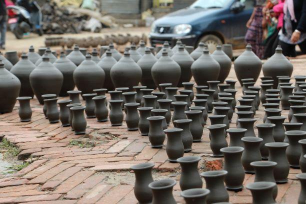 Tongefäße stehen zum Trocknen auf dem Potters' Square