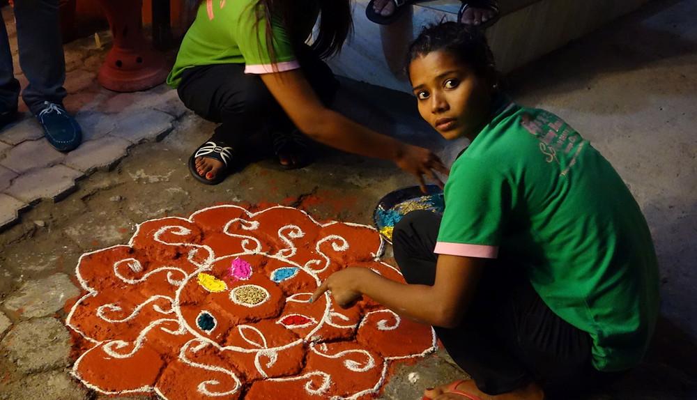 Kunstvolle Mandalas heißen die zahlreichen Gottheiten in den Häusern zu Tihar willkommen