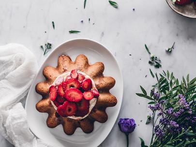 lemon and yogurt cake with balsamic strawberries