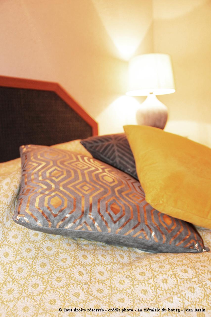 Detail-coussin-deco-chambre-jaune-heberg