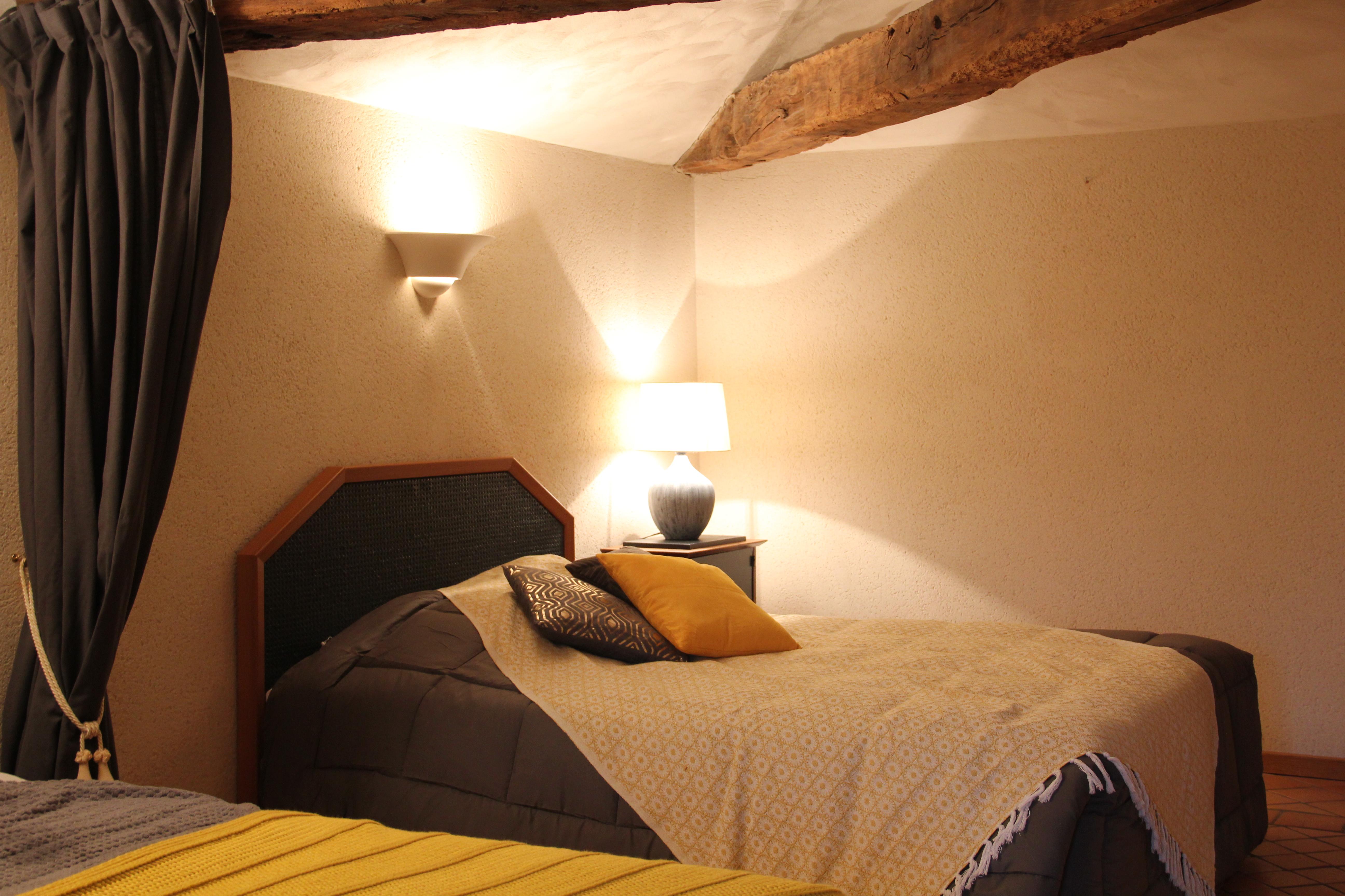 Vue lit double chambre jaune