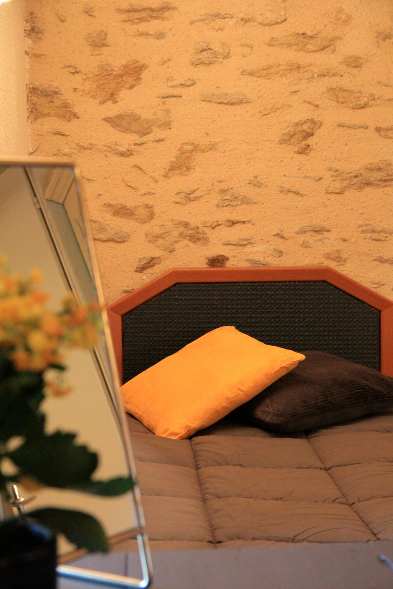 Lit simple et miroir chambre jaune