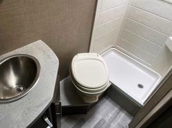 Toalett med fast tank.