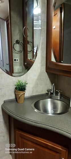 Tvättställ mm vid toalett.