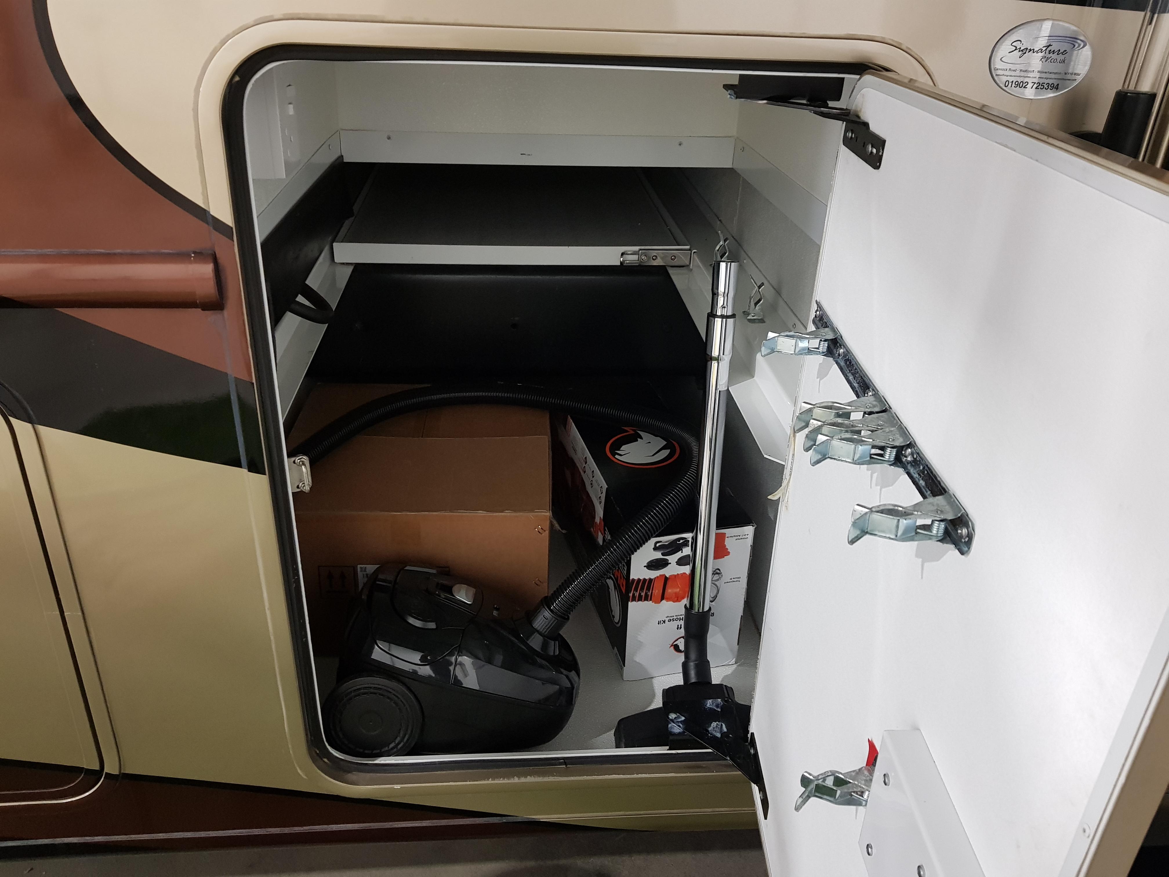 Förvaringsutrymme med slidehylla.