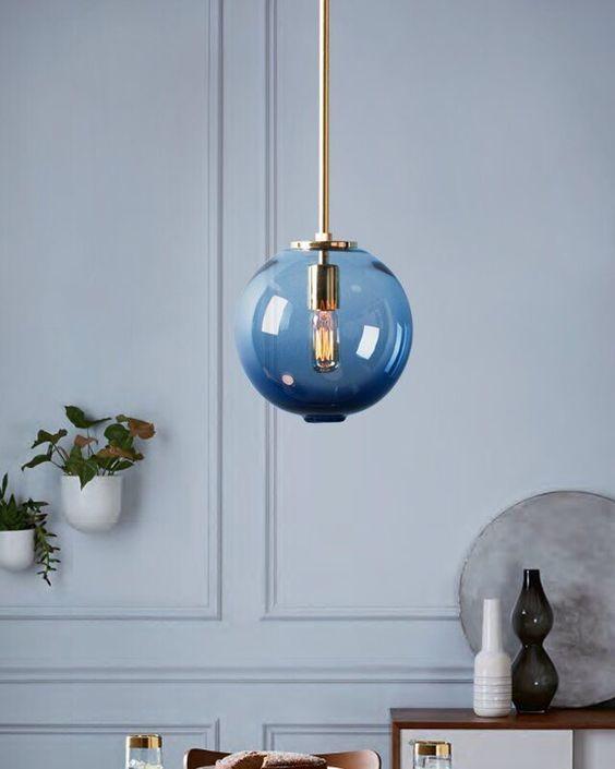Thay đổi màu xanh cổ điển với đèn cho phòng khách