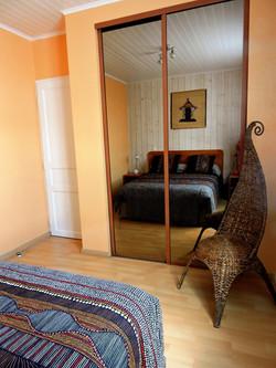 Chambre lit 140 avec placard vitré