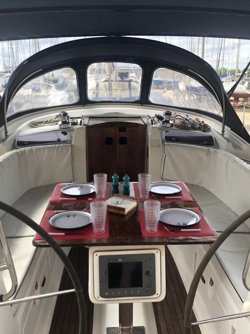 SailingSaba_Cockpit2_Bavaria47.JPG