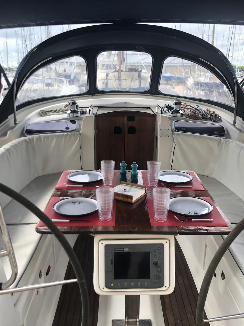 SailingSaba_cockpit_Bavaria47.JPG